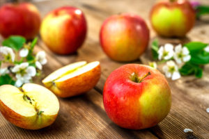 Apple a day really does keep the doctor away after study says it reduces risk of dying early